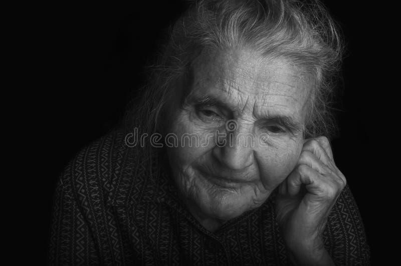 Retrato de uma mulher idosa triste Sonhando o passado fotografia de stock