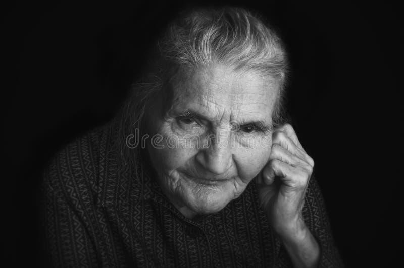 Retrato de uma mulher idosa triste Sonhando o passado fotos de stock royalty free
