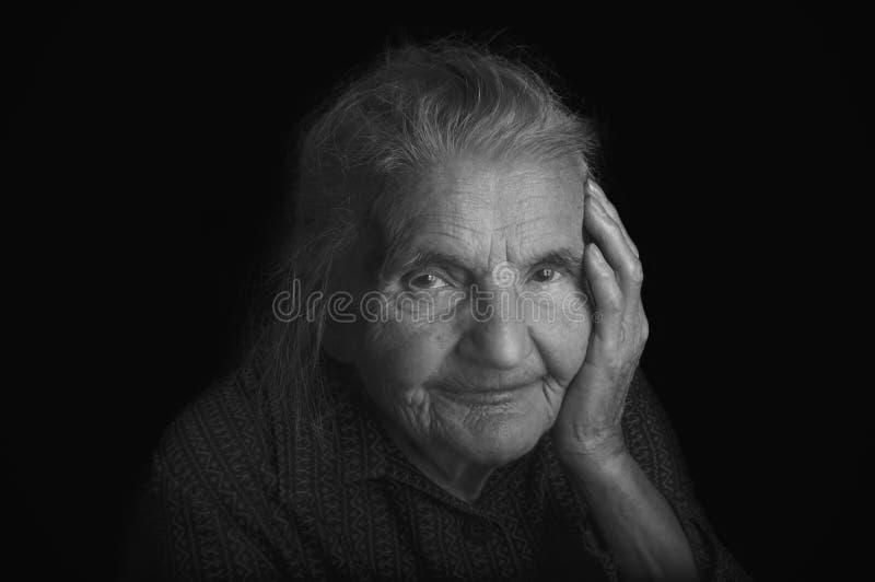 Retrato de uma mulher idosa triste Sonhando o passado foto de stock