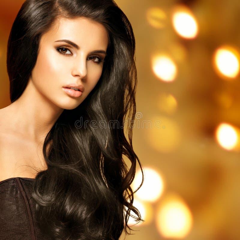 Retrato de uma mulher indiana bonita com cabelos longos imagem de stock