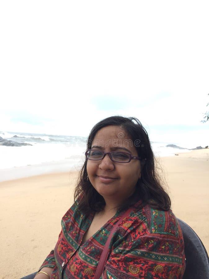 Retrato de uma mulher indiana nova na praia de Kundapura imagem de stock