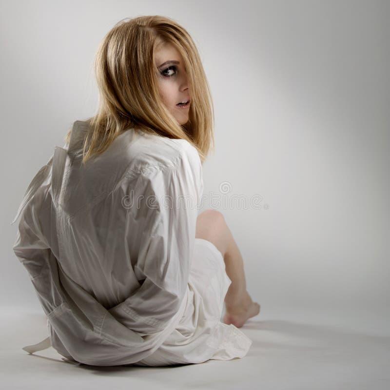 Retrato de uma mulher louca nova bonita na camisa de força imagens de stock royalty free
