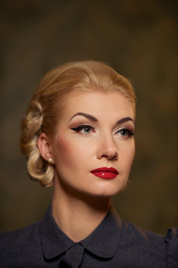 Retrato de uma mulher loura foto de stock royalty free