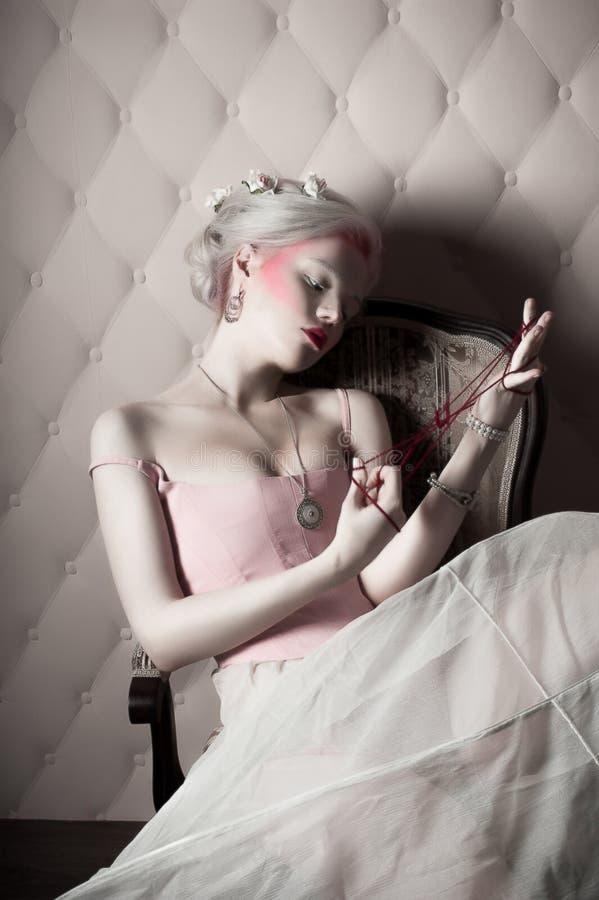Retrato de uma mulher loura fotografia de stock royalty free