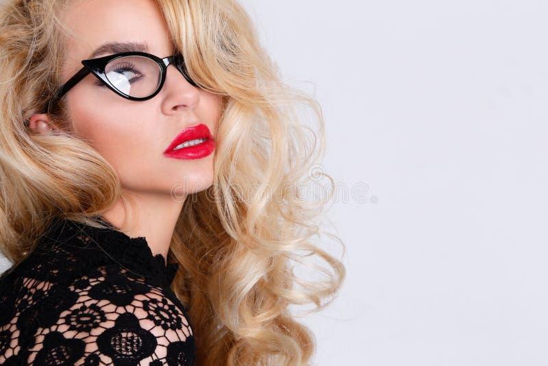 Retrato de uma mulher loura bonita com os olhos verdes do gato surpreendente dos bordos vermelhos doces fotos de stock royalty free