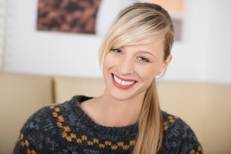 Retrato de uma mulher loura bonita e sedutor fotos de stock