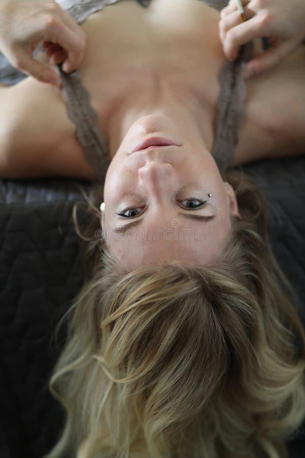 Retrato de uma mulher loura bonita em Gray Bra fotos de stock royalty free