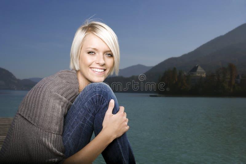 Retrato de uma mulher loura bonita perto de um lago fotos de stock royalty free