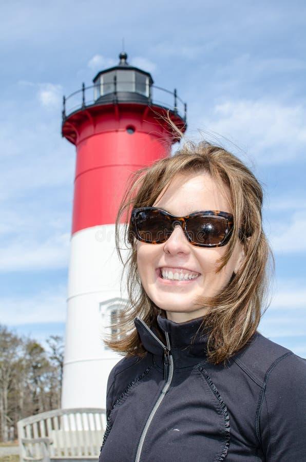 Retrato de uma mulher loura bonita, sorrindo no farol de Nauset na mulher de Cape Cod fotografia de stock