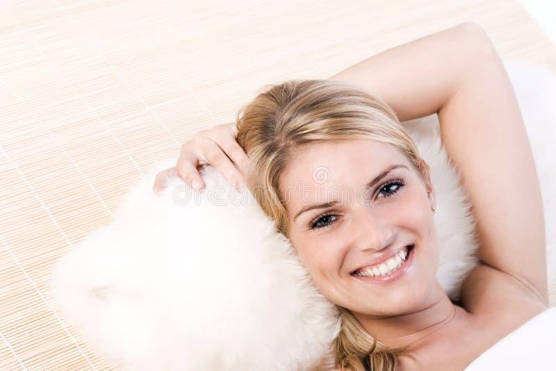 Retrato de uma mulher loura feliz que aprecia os termas imagens de stock