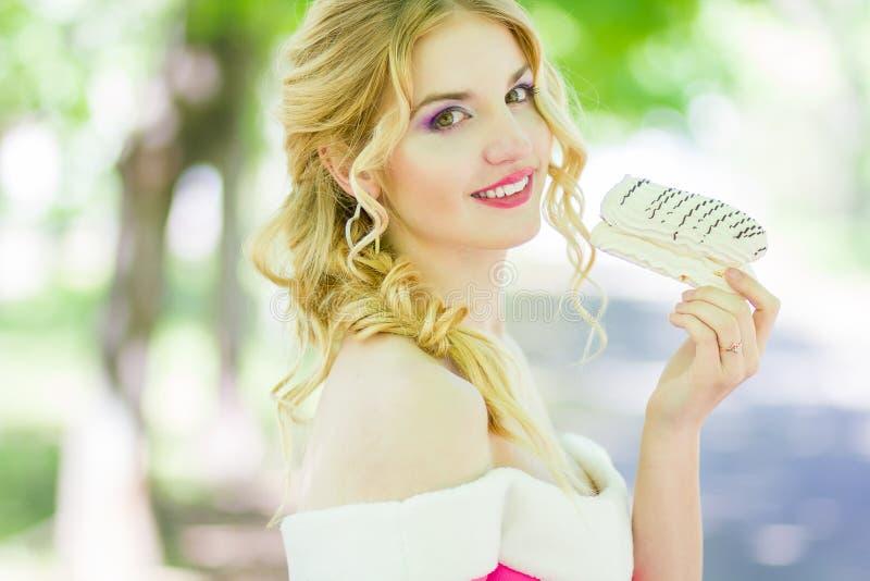 Retrato de uma mulher loura nova bonita fotos de stock