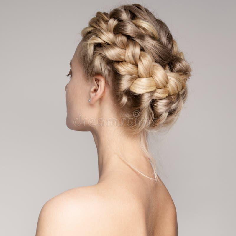 Retrato de uma mulher loura nova bonita com cabelos da coroa da trança fotografia de stock royalty free