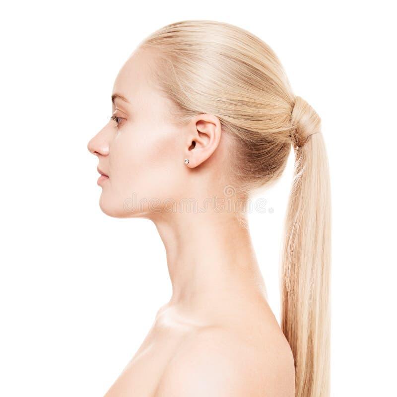 Retrato de uma mulher loura nova bonita com rabo de cavalo Hairstу fotografia de stock royalty free
