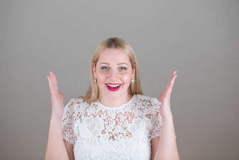 Retrato de uma mulher loura nova bonita emocional imagens de stock