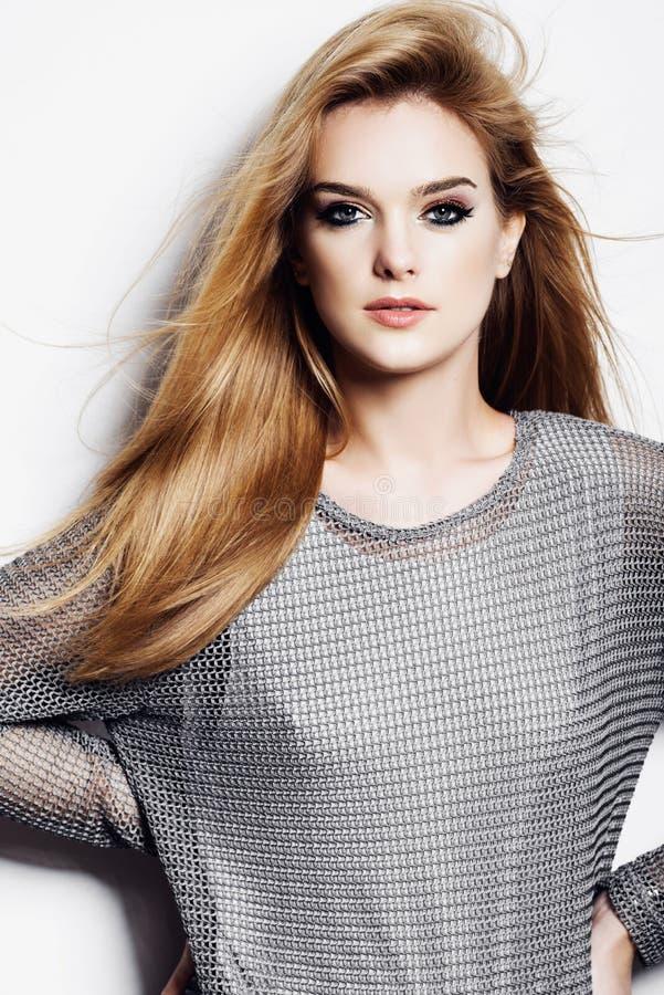 Retrato de uma mulher loura nova bonita no estúdio no fundo branco, no conceito da beleza e na saúde fotos de stock