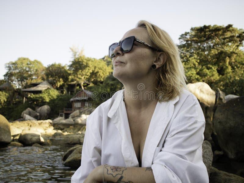 Retrato de uma mulher loura que aprecia a praia no verão Por do sol em Koh Tao, Tailândia imagem de stock royalty free