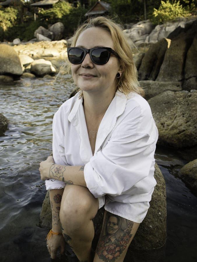Retrato de uma mulher loura que aprecia a praia no verão Por do sol em Koh Tao, Tailândia fotografia de stock royalty free