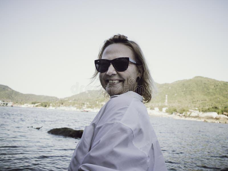 Retrato de uma mulher loura que aprecia a praia no verão Por do sol em Koh Tao, Tailândia fotografia de stock