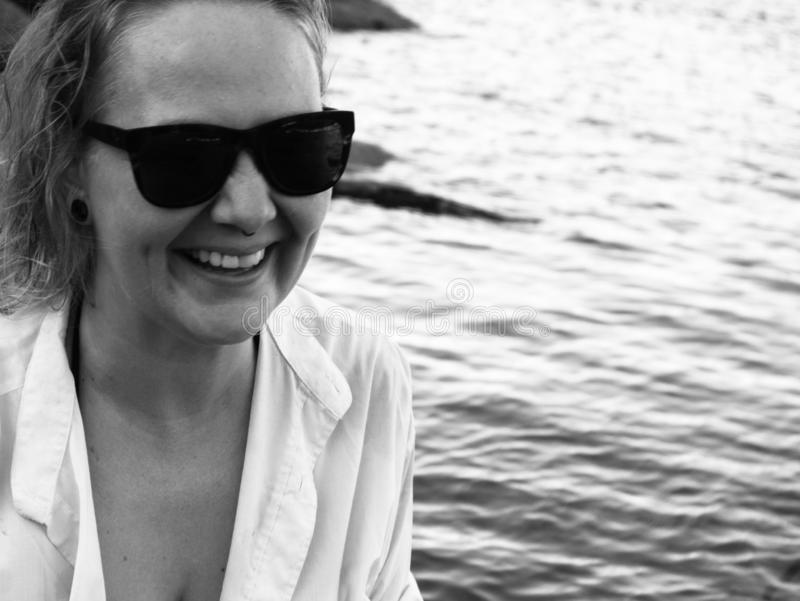 Retrato de uma mulher loura que aprecia a praia no verão Por do sol em Koh Tao, Tailândia fotos de stock royalty free