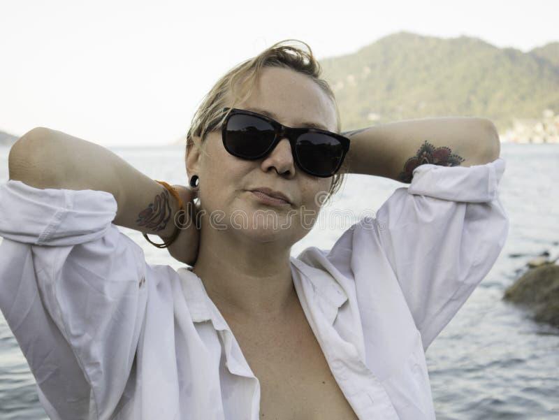 Retrato de uma mulher loura que aprecia a praia no verão Por do sol em Koh Tao, Tailândia foto de stock royalty free