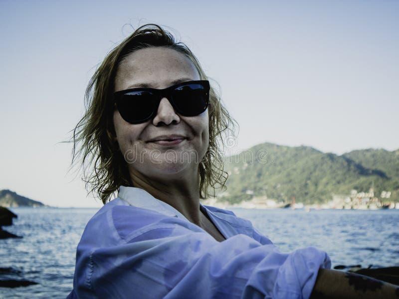 Retrato de uma mulher loura que aprecia a praia no verão Por do sol em Koh Tao, Tailândia imagens de stock