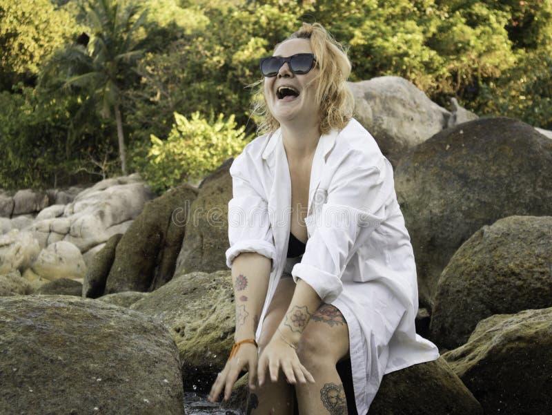 Retrato de uma mulher loura que aprecia a praia no verão Por do sol em Koh Tao, Tailândia fotos de stock