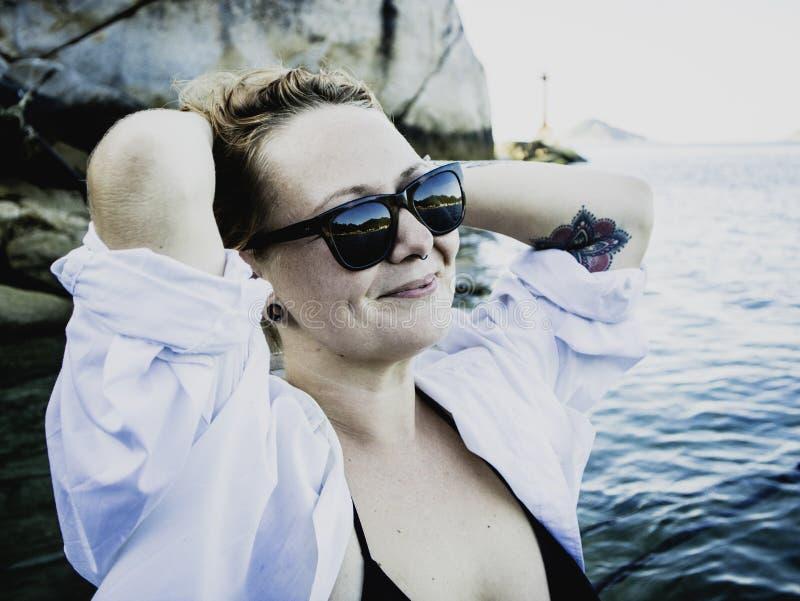 Retrato de uma mulher loura que aprecia a praia no verão Por do sol em Koh Tao, Tailândia foto de stock