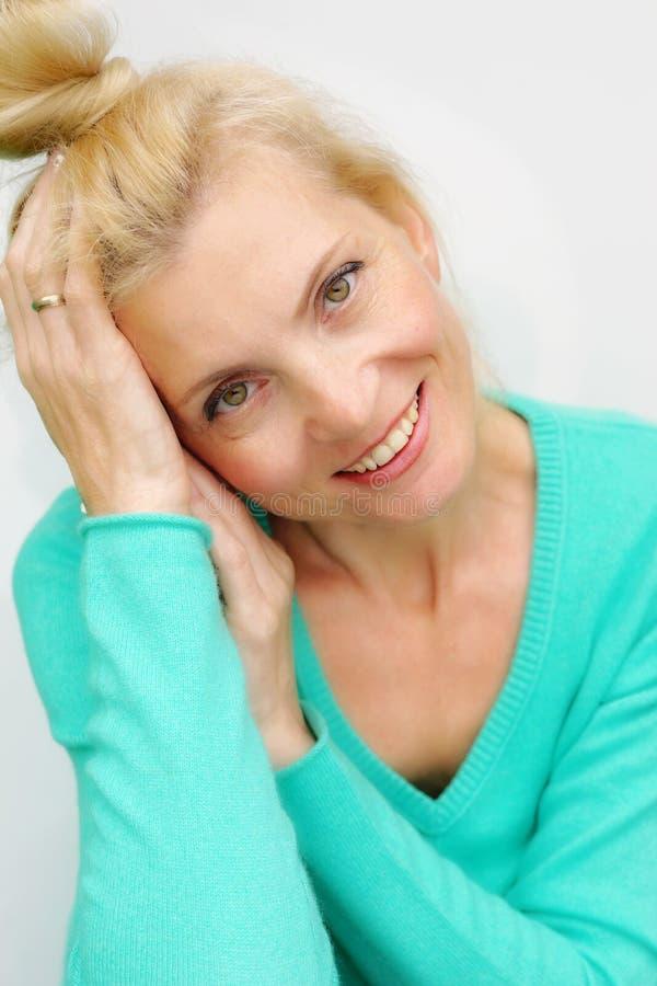 Retrato de uma mulher loura de sorriso feliz bonita foto de stock royalty free