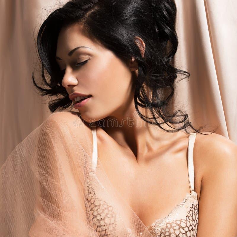 Retrato de uma mulher macia 'sexy' bonita com hairstyl criativo fotos de stock