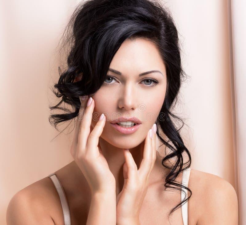 Retrato de uma mulher macia 'sexy' bonita com hairstyl criativo imagens de stock royalty free