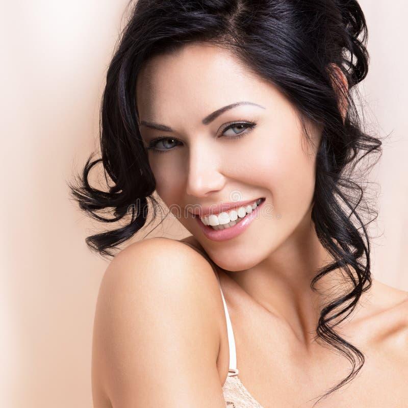 Retrato de uma mulher macia 'sexy' bonita com hairstyl criativo fotografia de stock