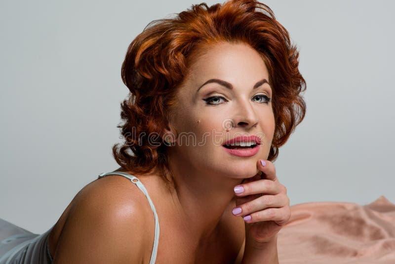 Retrato de uma mulher madura com cabelo vermelho fotos de stock royalty free
