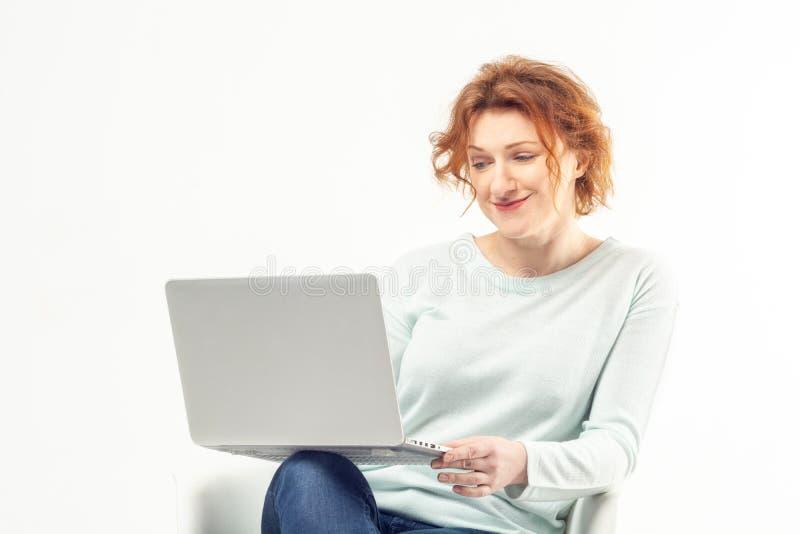 Retrato de uma mulher madura com portátil fotografia de stock