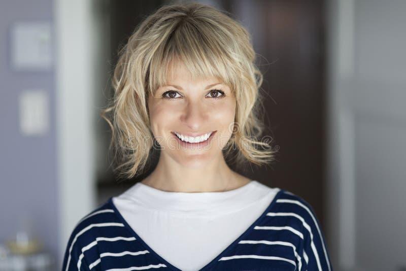 Retrato de uma mulher madura que sorri na câmera imagem de stock royalty free