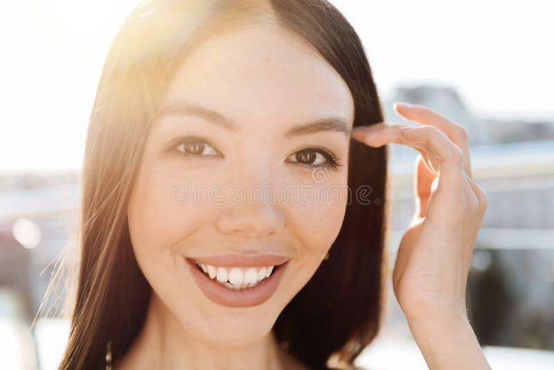 Retrato de uma mulher magnética encantador foto de stock