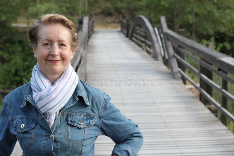 Retrato de uma mulher mais idosa bonita que sorri no parque imagem de stock royalty free
