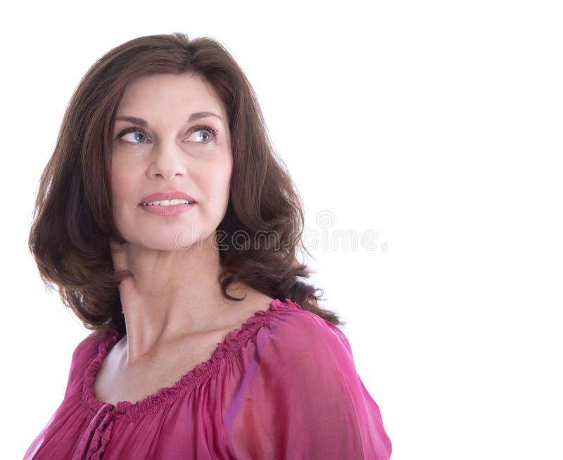 Retrato de uma mulher mais idosa feliz isolada no branco foto de stock royalty free