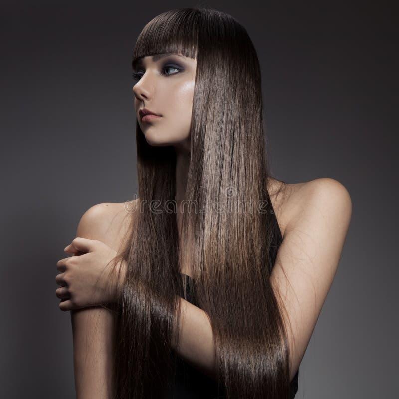 Retrato de uma mulher moreno bonita com cabelo reto longo fotografia de stock