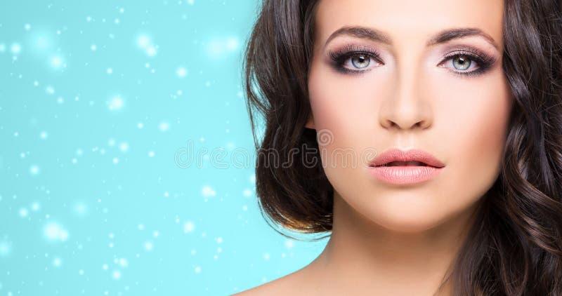 Retrato de uma mulher moreno despida nova fotos de stock royalty free