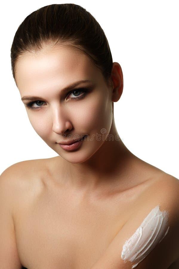 Retrato de uma mulher moreno lindo com a SK lisa e saudável fotografia de stock