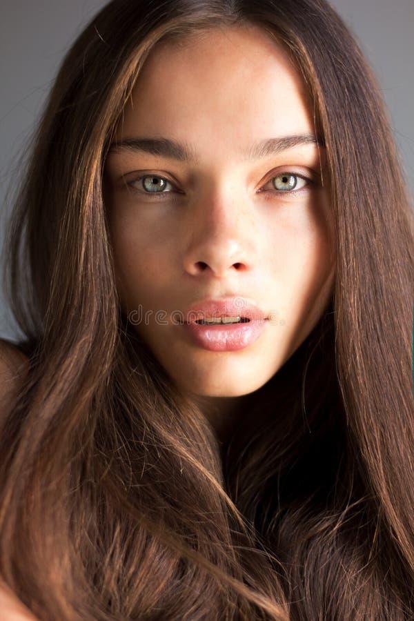 Retrato de uma mulher moreno nova caucasiano foto de stock royalty free