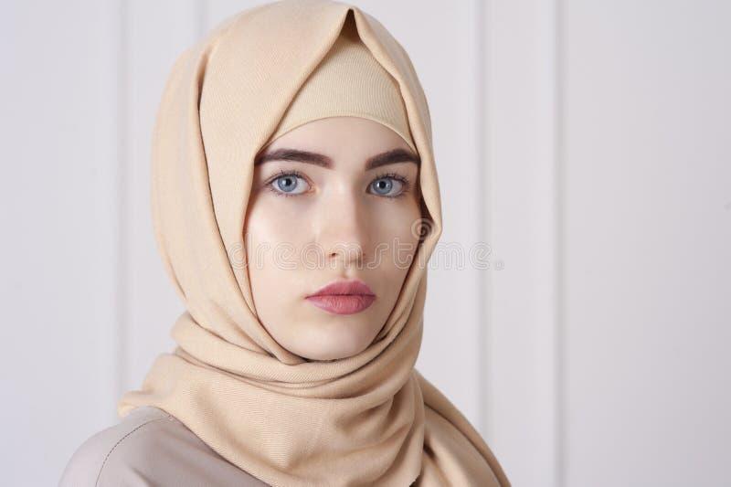 Retrato de uma mulher muçulmana nova bonita que veste um hijab em sua cabeça imagens de stock royalty free