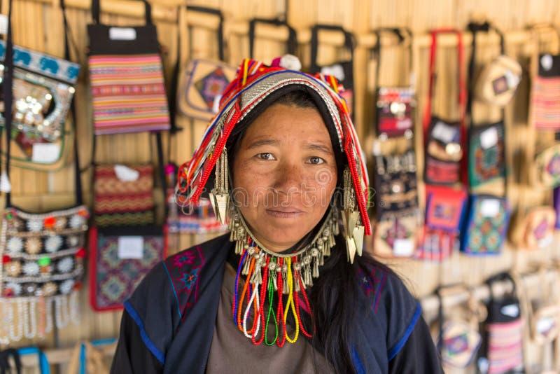 Retrato de uma mulher não identificada de Akha com roupa tradicional e joia de prata na vila do hilltribe de Akha em Tailândia do foto de stock