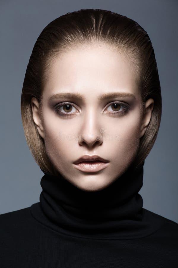 Retrato de uma mulher na gola alta preta fotografia de stock royalty free