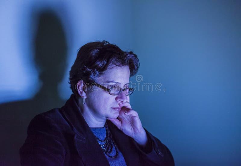 Retrato de uma mulher na luz da tela azul imagem de stock royalty free