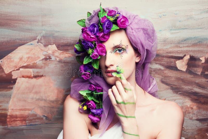 Retrato de uma mulher nas flores foto de stock