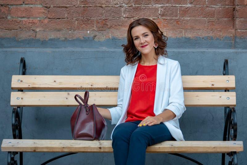 Retrato de uma mulher de negócio à moda bonita fora foto de stock