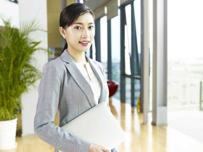 Retrato de uma mulher de negócio asiática nova imagens de stock