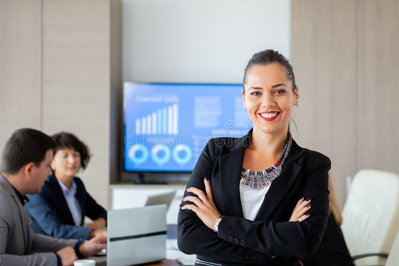 Retrato de uma mulher de negócio atrativa no escritório fotos de stock royalty free