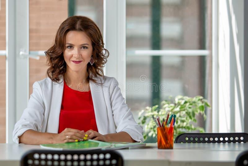 Retrato de uma mulher de negócio bem sucedida do beautifu no local de trabalho foto de stock royalty free